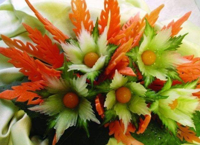 """Яркие разноцветные овощи сами по себе создают настроение праздника, а если немного """"поколдовать"""" над ними, то стол просто засияет великолепием причудливых цветов, листьев и других декоративных вкусных """"штучек""""."""