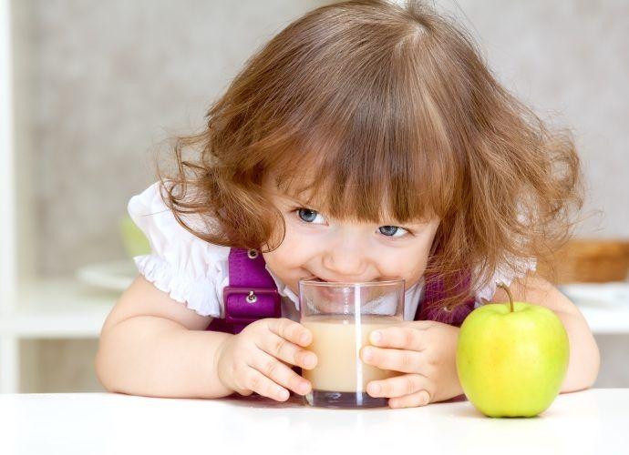 Чем и как давать пить ребенку летом - самые безопасные детские напитки для жары
