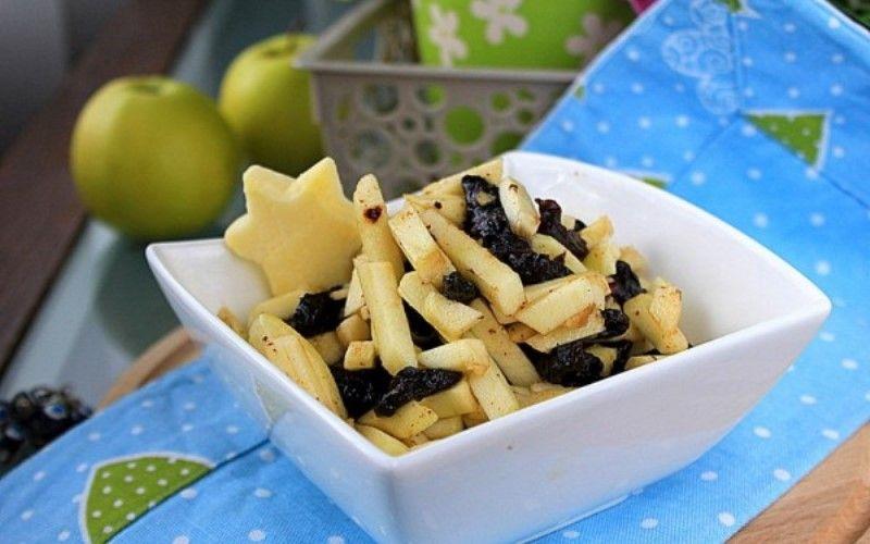 Салат с яблоками и черносливом