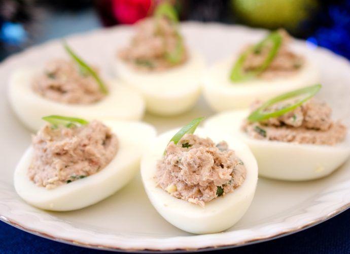 Яйца, фаршированные лососем