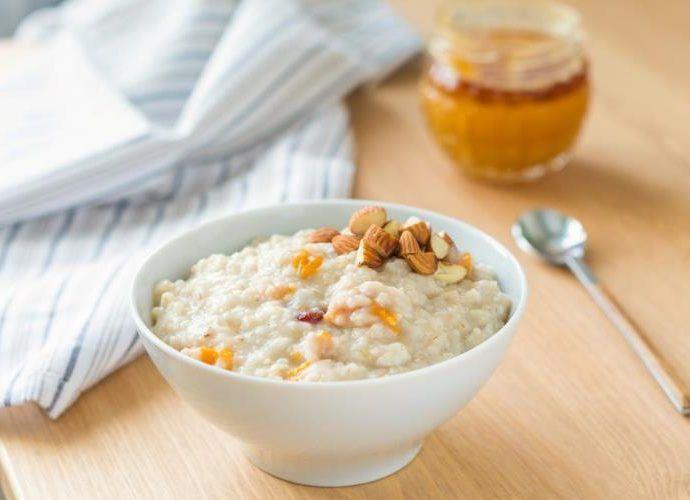 Молочная рисовая каша с карамелизованными орехами и попкорном