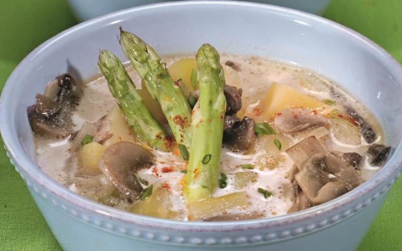 Куриный суп с грибами и спаржей