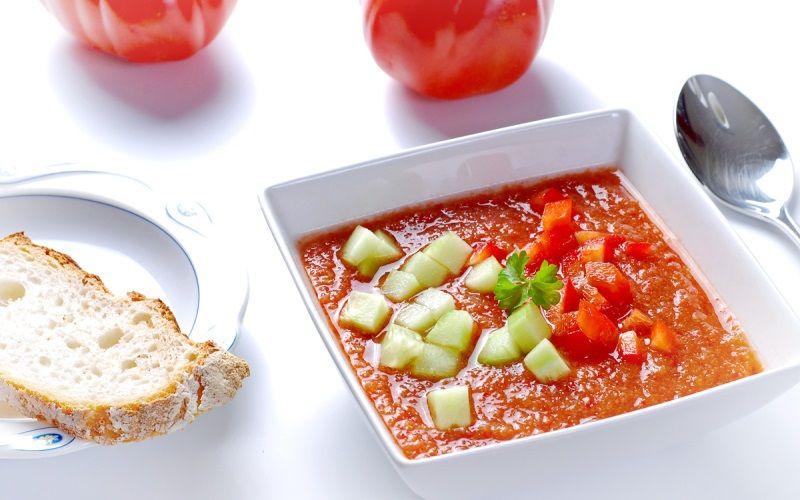 Холодный суп из помидоров с огурцами