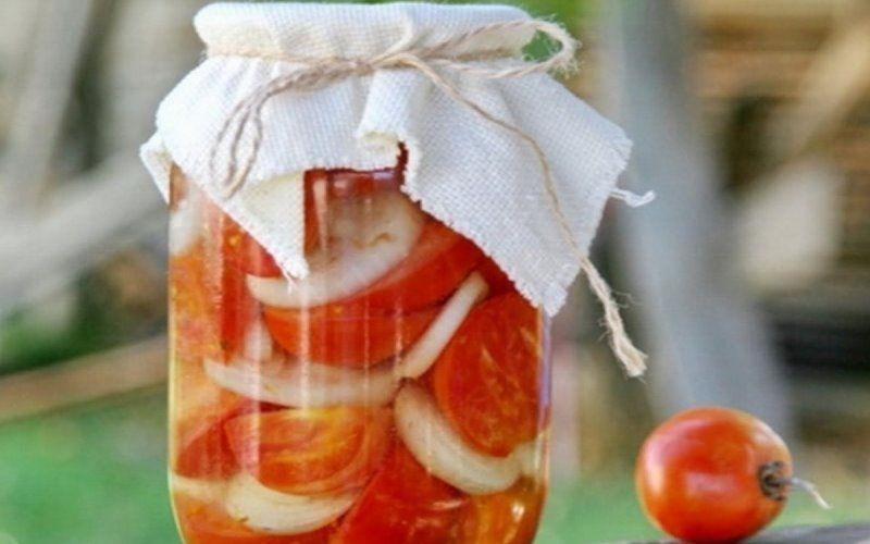 Резаные помидоры с луком на холодную зиму