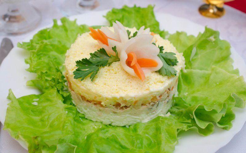 Салат «Мимоза» с рисом и листовым салатом