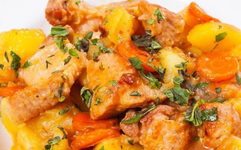 Курица тушеная с картофелем и морковью