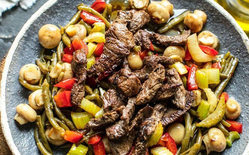 Говядина, тушеная с овощами и грибами