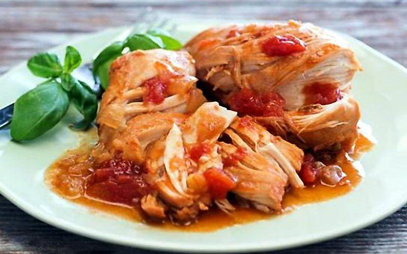 Курица в томатном соусе с овощами