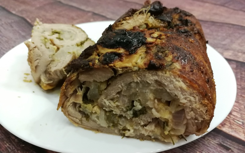 Рулет из свинины с грушами и сыром