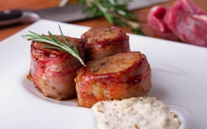 Медальоны из свинины: рецепт в белом грибном соусе