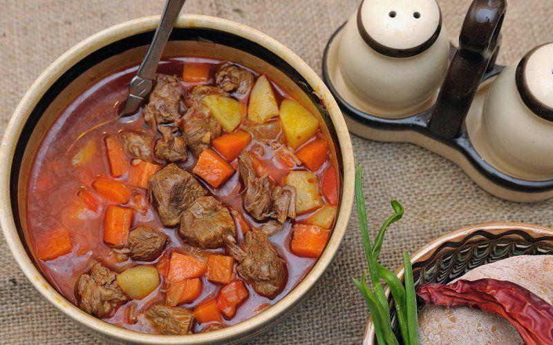 Гуляш из говядины венгерский: рецепт с овощами и клецками