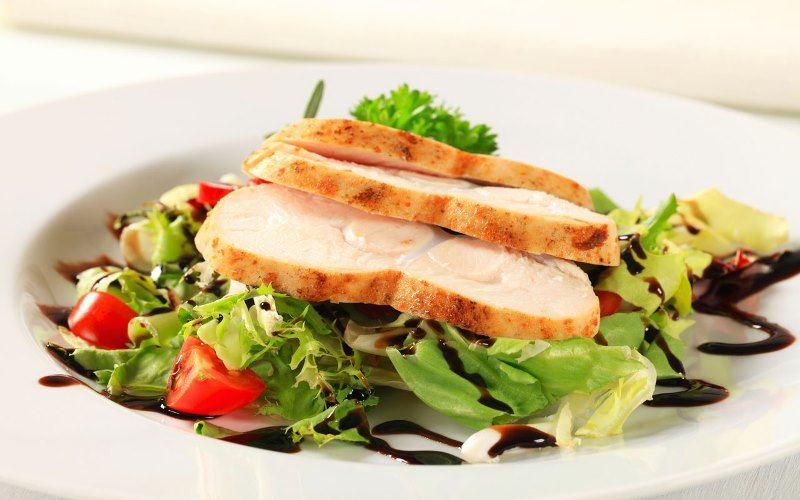 Куриные грудки с зелёным салатом