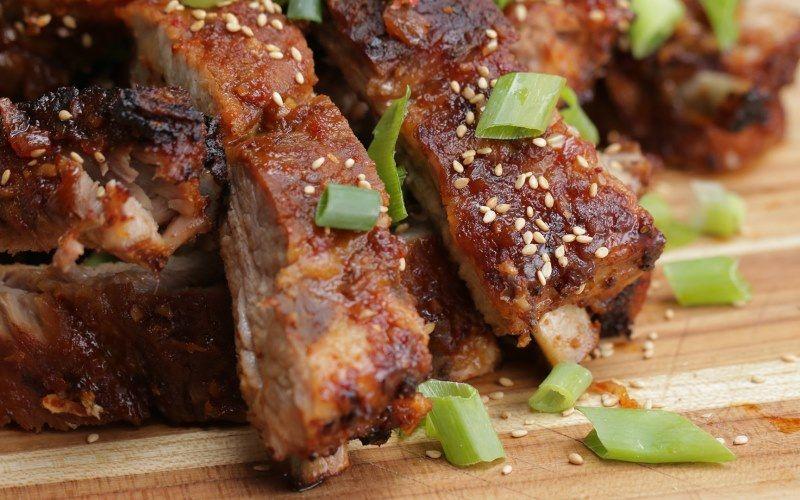 Свинина в духовке: 5 рецептов мягкого и нежного мяса, запеченного в духовке