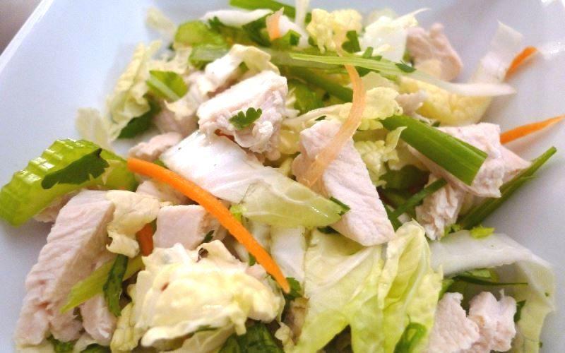 Салат по-азиатски с пекинской капустой и курицей