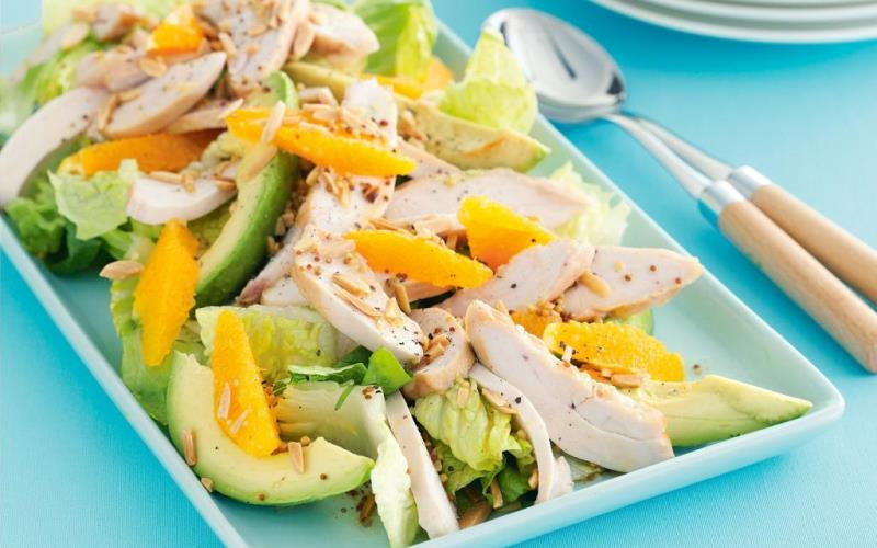Салат с курицей, авокадо и нектарином