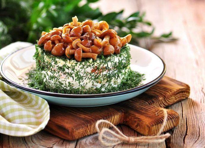 Рецепты куриных салатов с грибами: вкусные праздничные и простые варианты