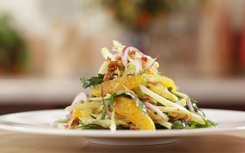 Салат со свежей и квашеной капустой, с апельсинами и орехами
