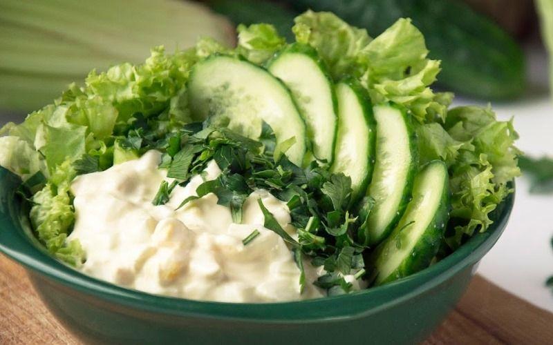 Зелёный салат со сметаной и огурцом