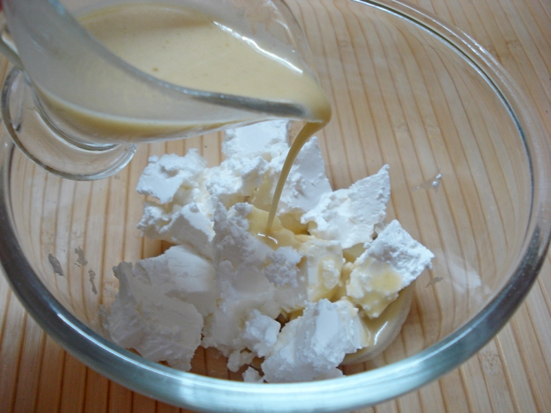 Салат с рукколой, маринованным сыром и фруктами