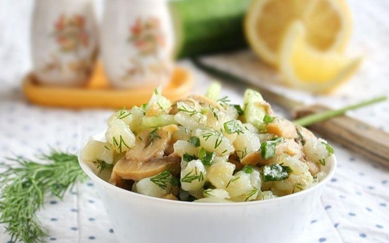 Салат с грибами, луком, картофелем