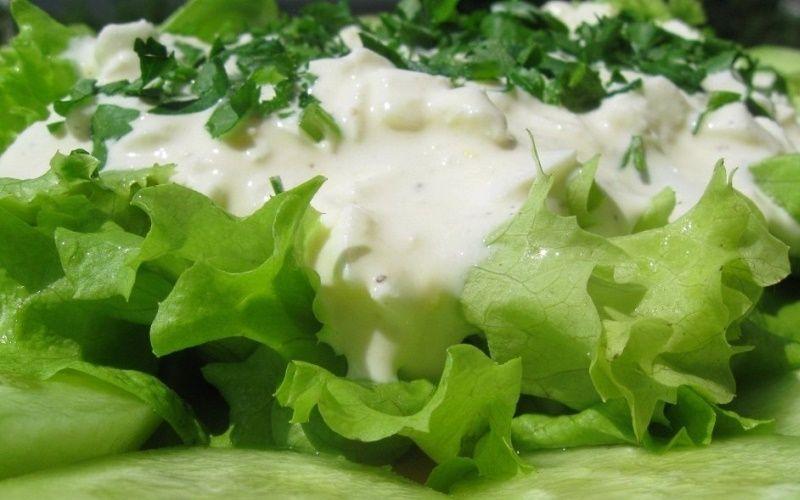 Листовой салат с сырной заправкой