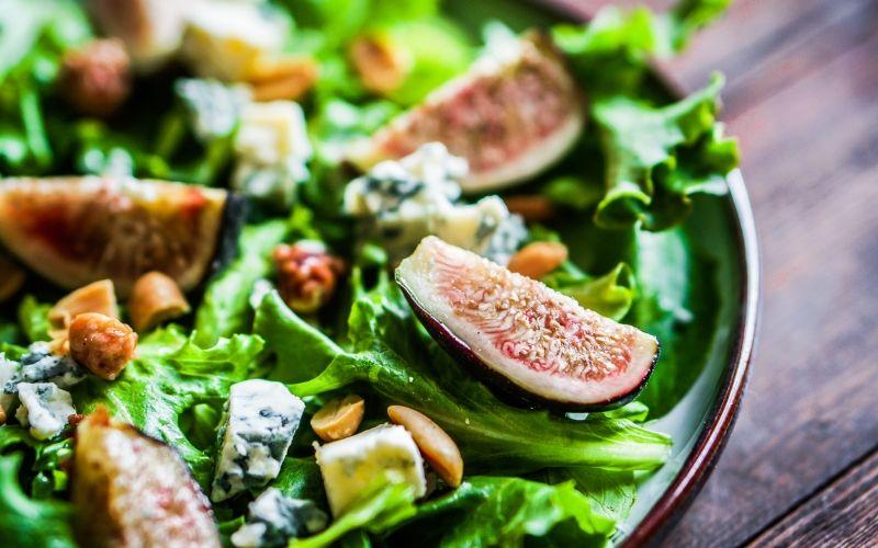 Салат с инжиром и пармезаном