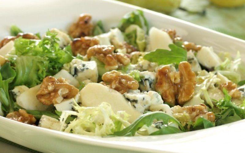 Зеленый салат с орехами и яйцами