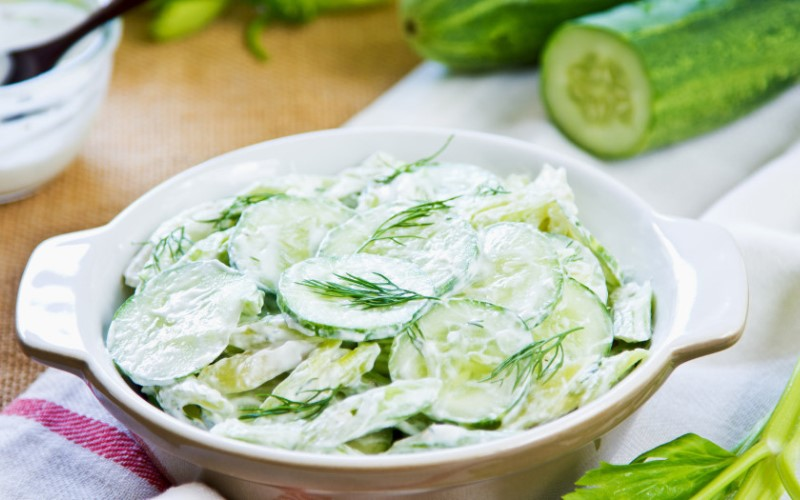 Огуречный салат со сметаной