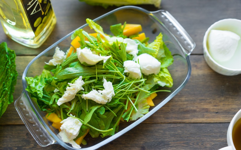 Вкусный салат с манго и моцареллой