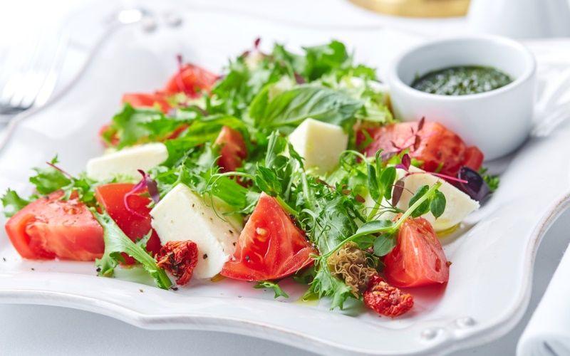 Полезный салат с лимонным соусом