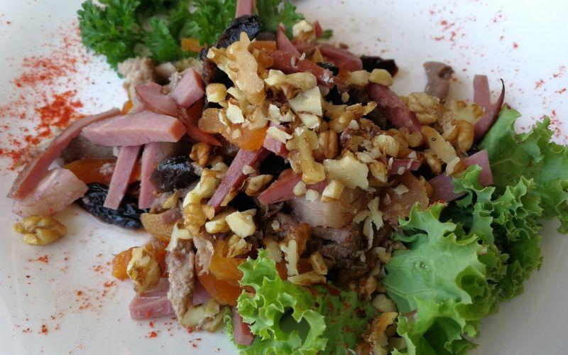 Салат с языком и черносливом