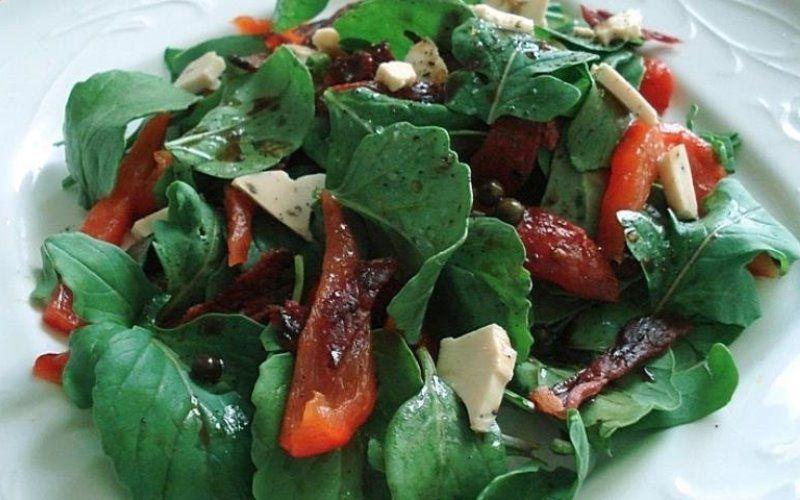 Салат с говяжьим языком, рукколой и кедровыми орешками