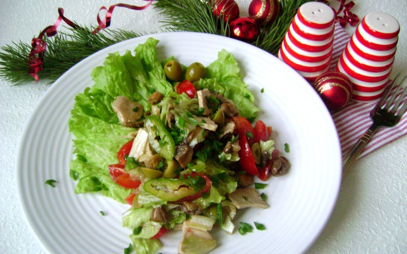 Этот салатик с отварным языком, грибами и сельдереем
