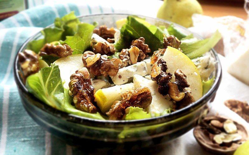 Салат зеленый с грушей и виноградом