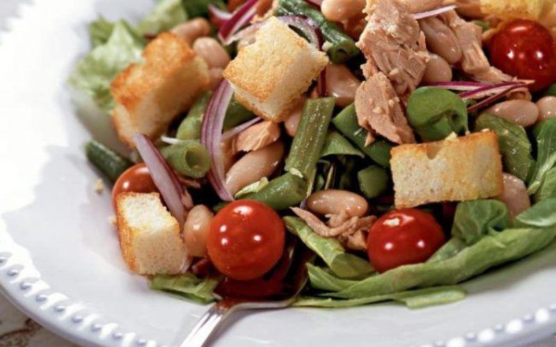 Простой салат с помидорами и тунцом