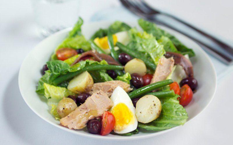 Салат с тунцом, анчоусами и перепелиными яйцами
