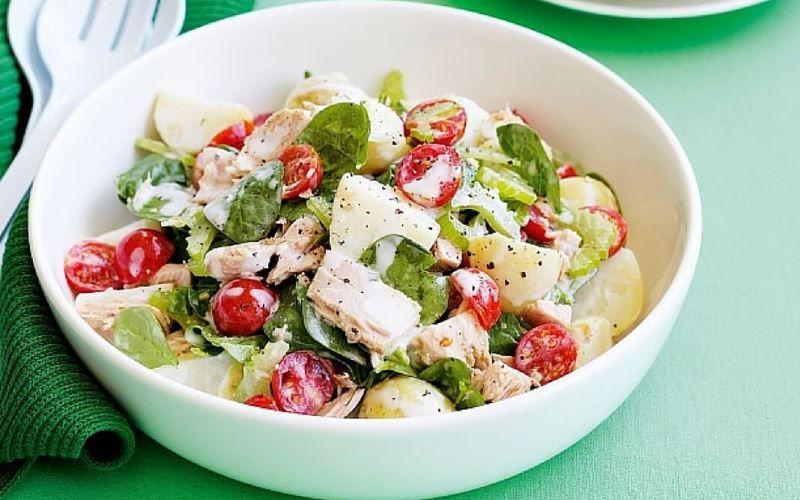 Салат из картофеля с тунцом и помидорами
