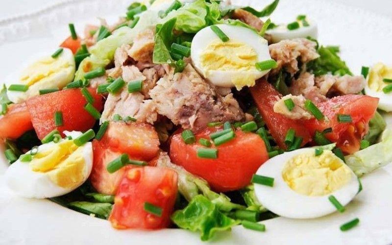 Салат с тунцом, перцем, картофелем и перепелиными яйцами