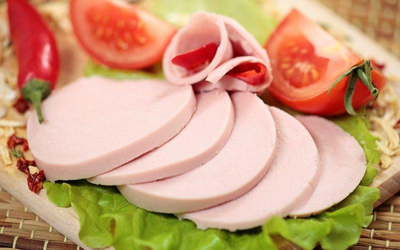 Салаты с вареной колбасой или ветчиной: вкусные и простые рецепты