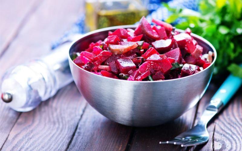 Салат с ветчиной, картофелем, сельдереем и свеклой