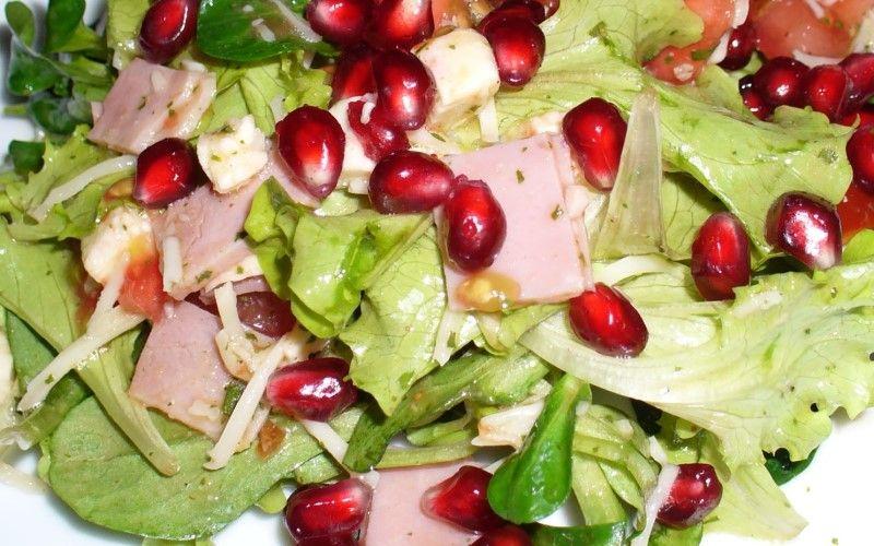 Салат из руколы, фенхеля, ветчины и граната