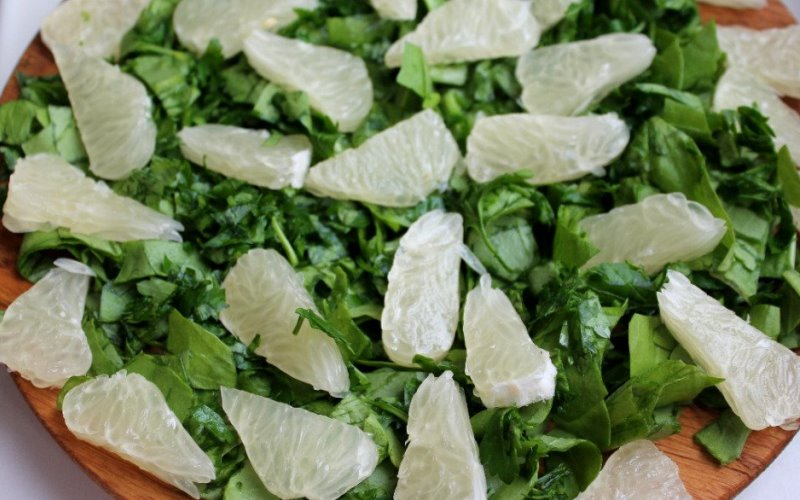Зелёный салат с помело