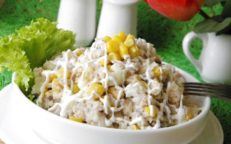 Шпротный салат с сухариками