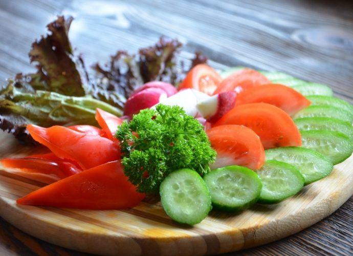 Овощные диетические салаты для похудения: рецепты с огурцами, капустой, овощами