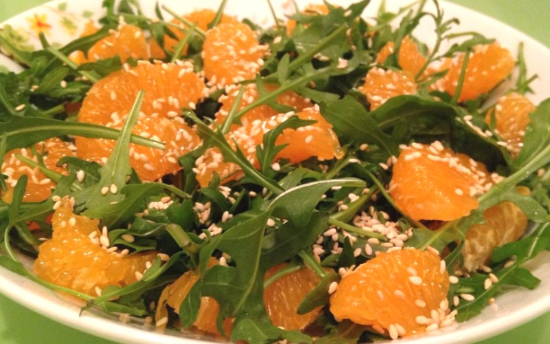 Салат с мандаринами и руколой