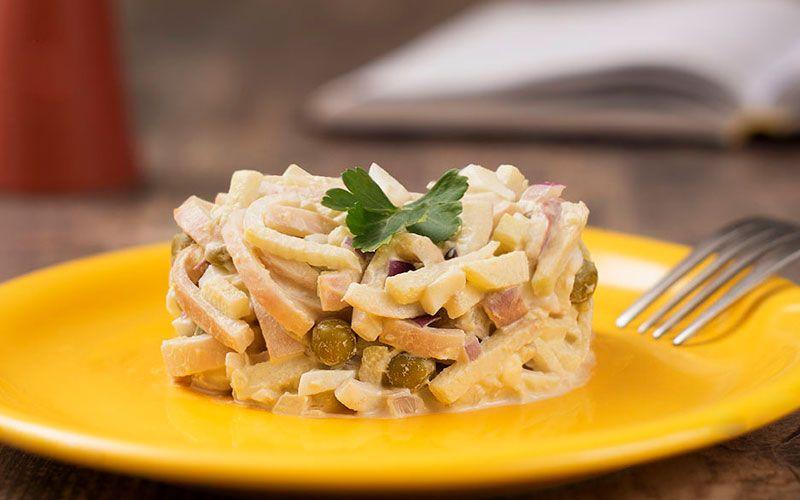 Салат из кальмаров с языком, ветчиной и картофелем