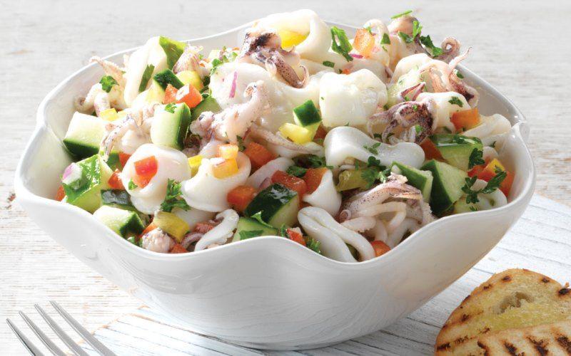 Салат с кальмарами и фруктами