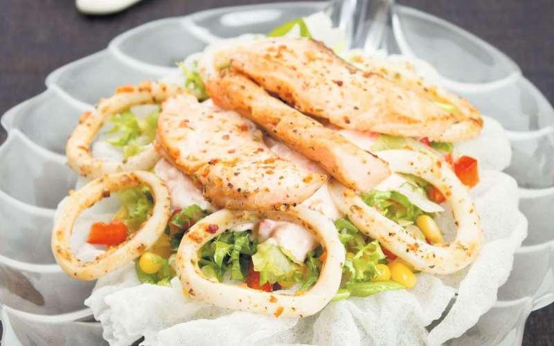 Салат из лосося и жареных кальмаров с ананасом