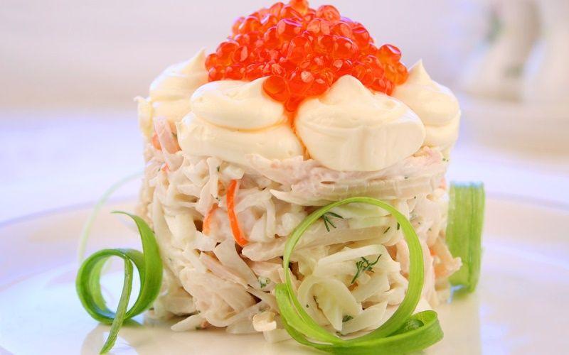 Салат из кальмаров с красной икрой слоеный по-царски