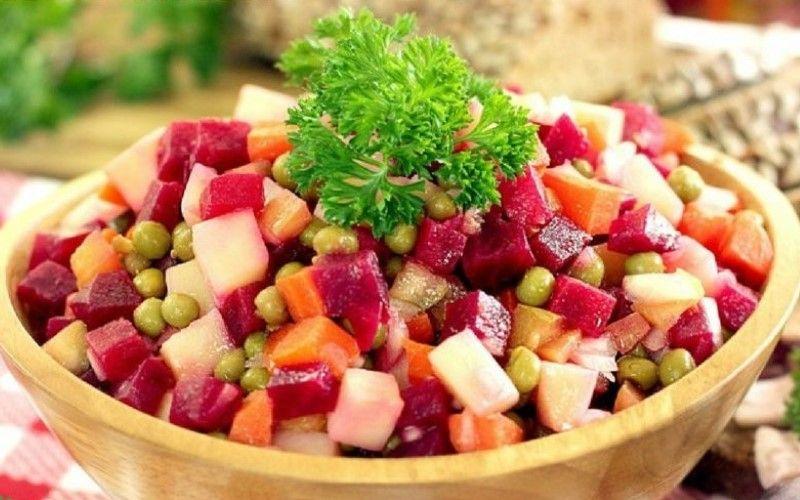 Салат с селедкой, свеклой, горошком и огурцами